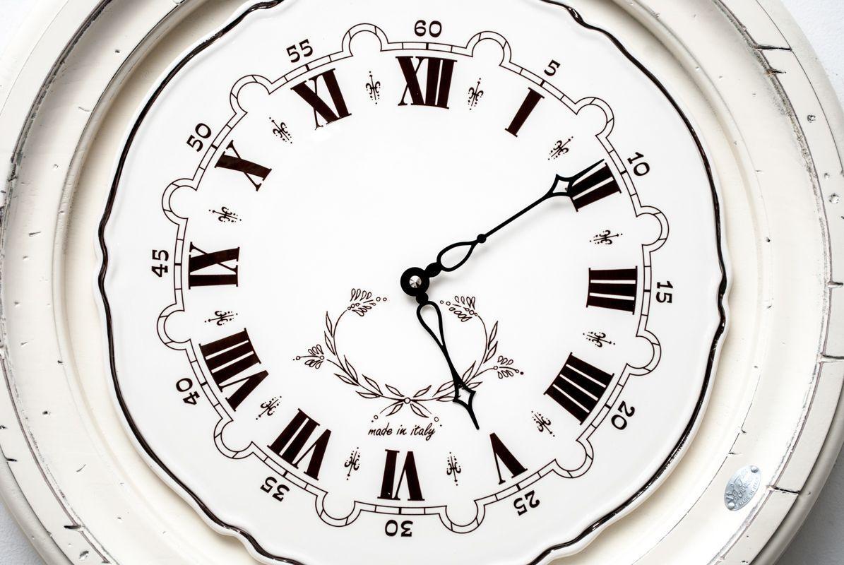 Часы старинные деревянные  - фото