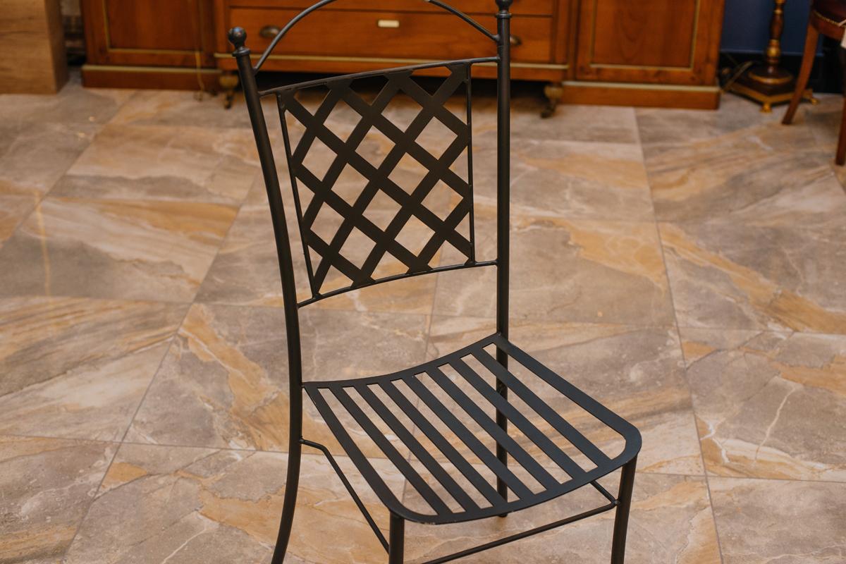 Металлический стул для оформления уличного дизайна  - фото