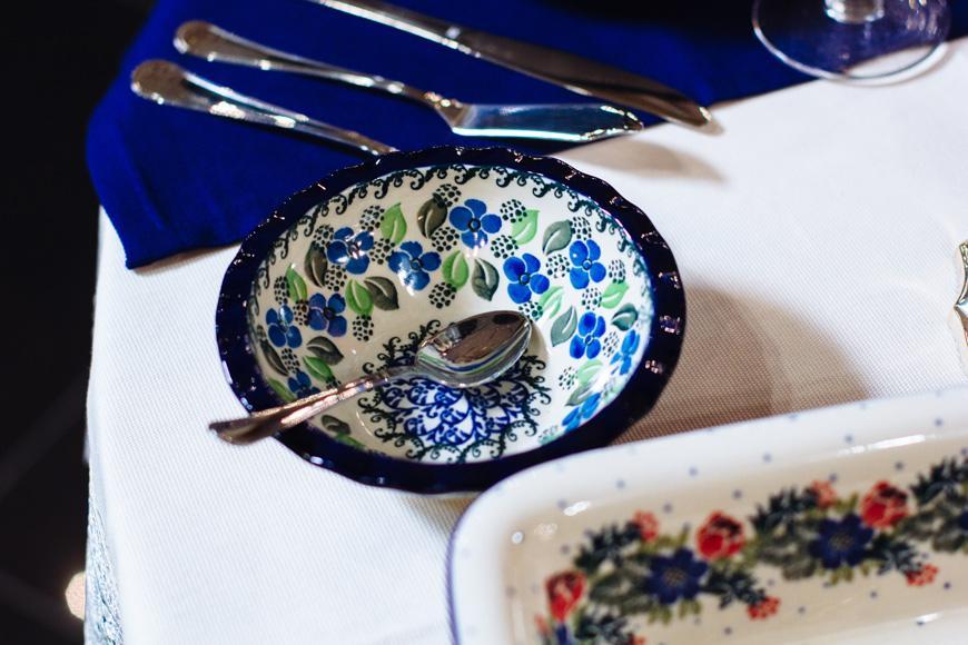 Пиала с волнистым краем и узором из листочков и ягод  - фото