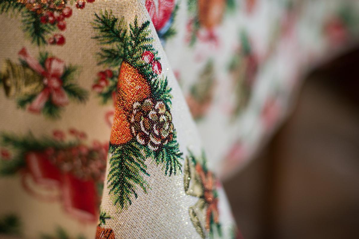 """Нарядная скатерть из гобелена с люрексом """"Новогодние свечи"""" Villa Grazia  - фото"""