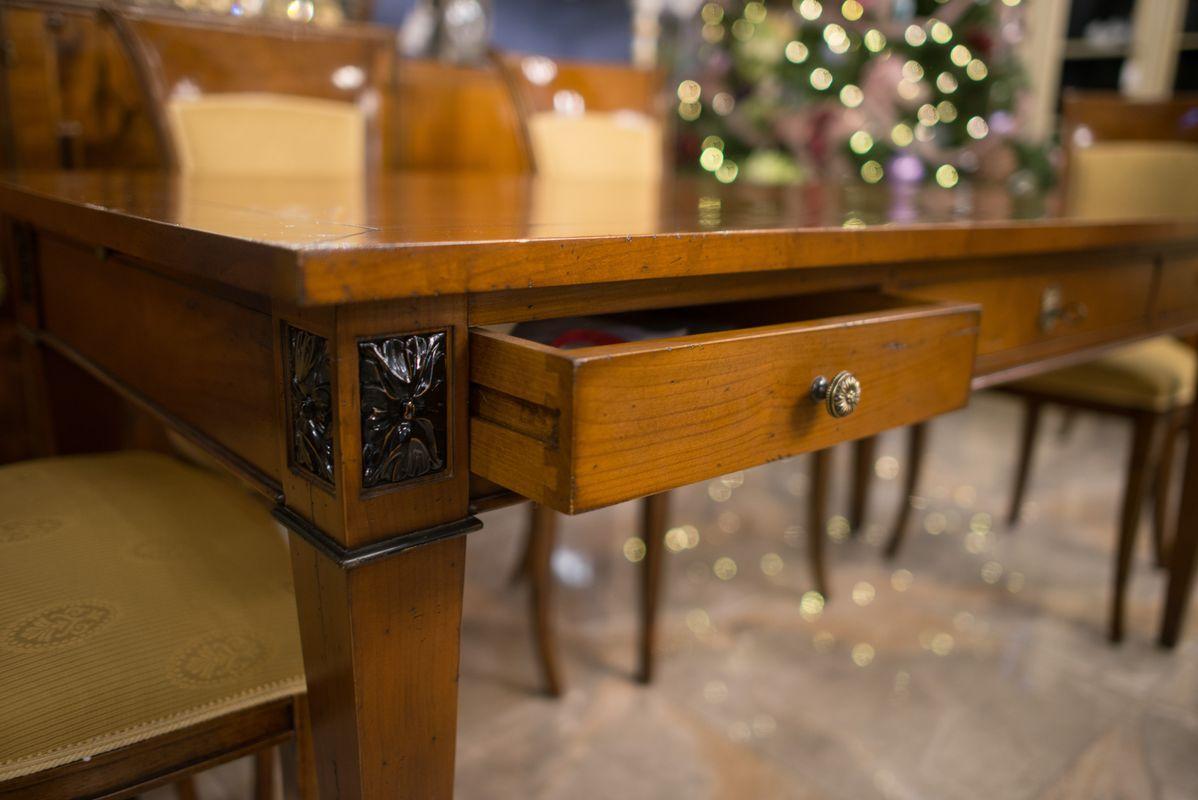 Солидный письменный стол Mocape для респектабельного кабинета в классическом стиле   - фото