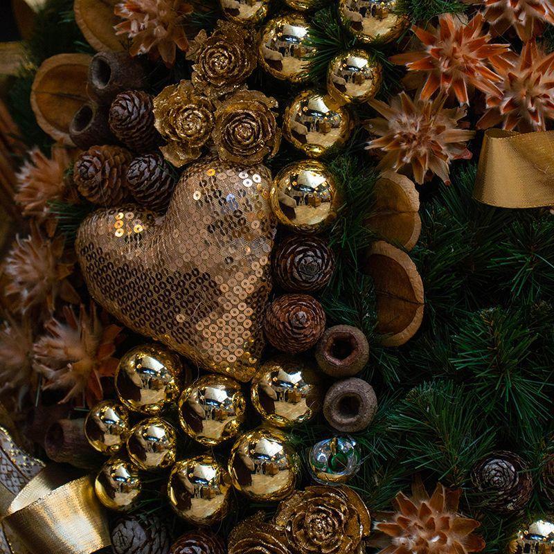 Большая новогодняя ель с золотистым декором, в округлой подставке  - фото