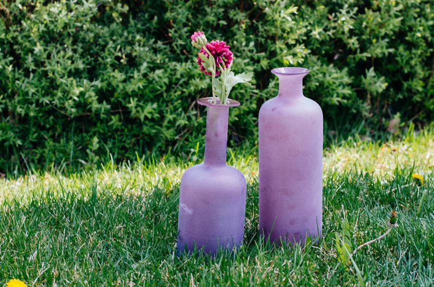 Бутылка-ваза из пурпурного стекла  - фото