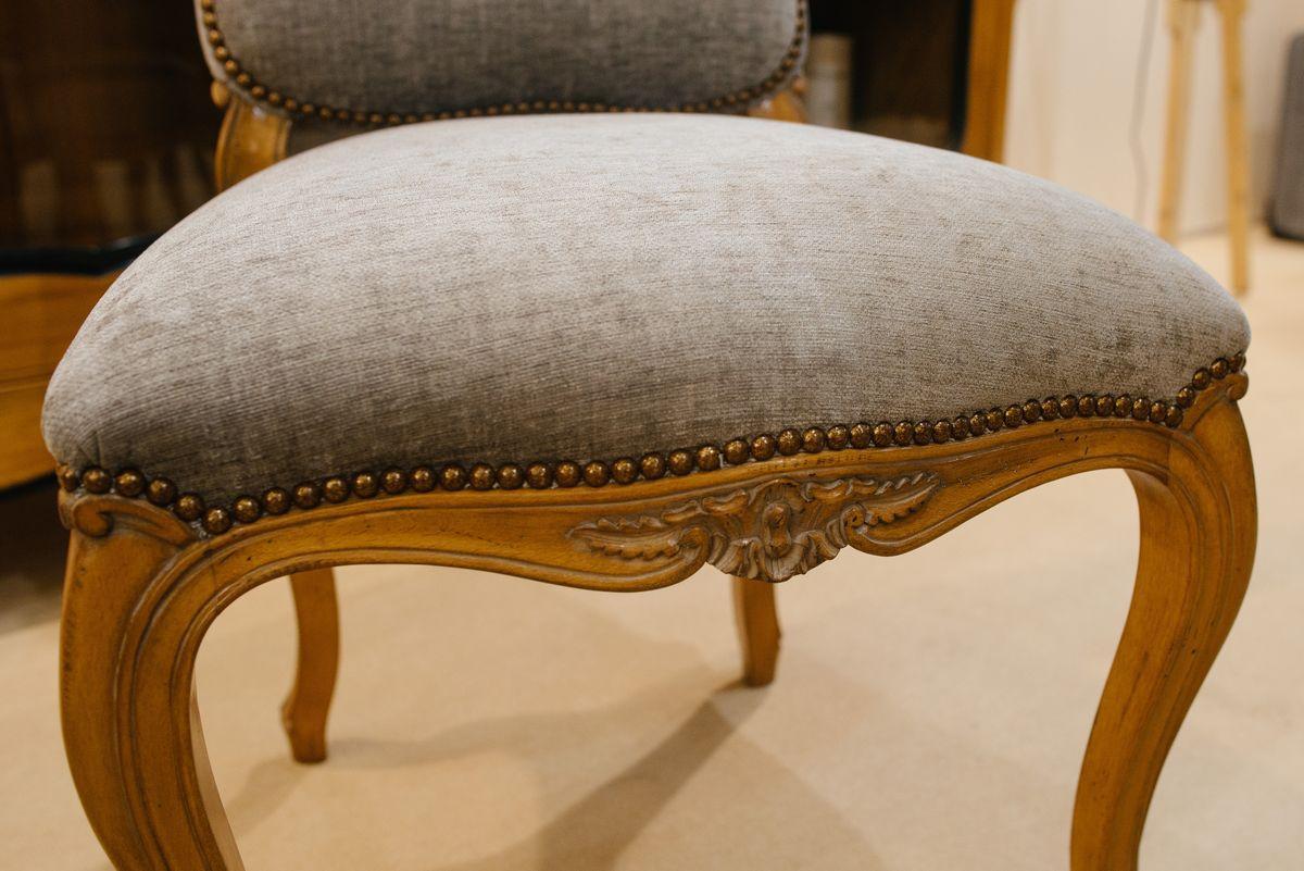 Элегантный стул с мягким сиденьем и основой из натурального дерева Luis XV  - фото