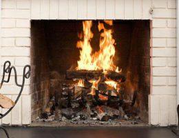 Уютный огонь семейного очага: камины и каминные аксессуары