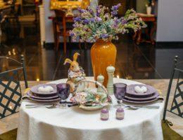 Изысканная и атмосферная сервировка пасхального стола «Сиреневая весна»