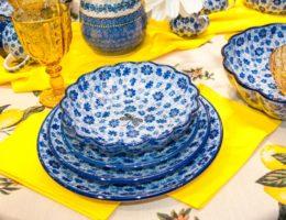 пример сервировки с цветной посудой