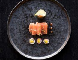 суши на черном блюде
