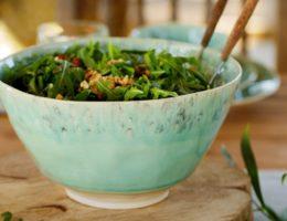 салат в голубом салатнике