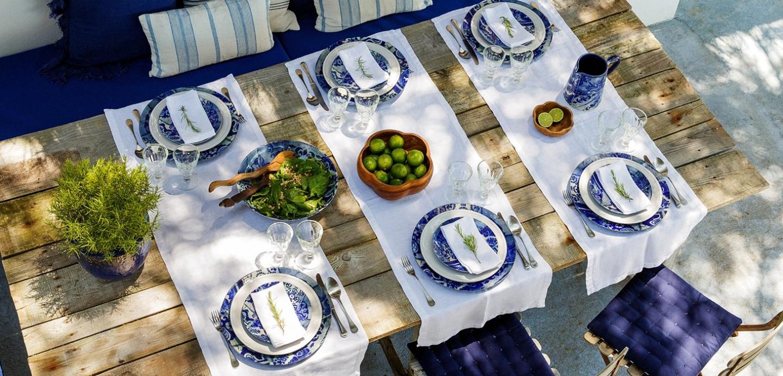 пример сервировки в сине-белой гамме