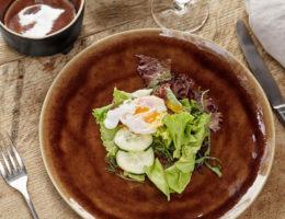 салат на коричневом блюде