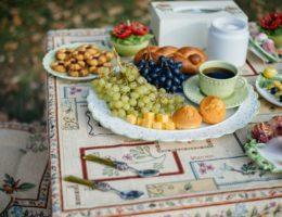 пример подачи фруктов на тортовнице