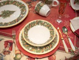 сервировка с посудой из коллекции Яркое Рождество