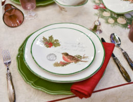 сервировка с посудой из коллекции Рождественская трель