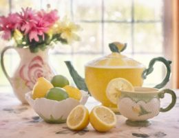 Натюрморт на столе – тарелки с изображением фруктов и ягод