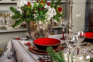 Новогодний декор из еловых веточек и шишек