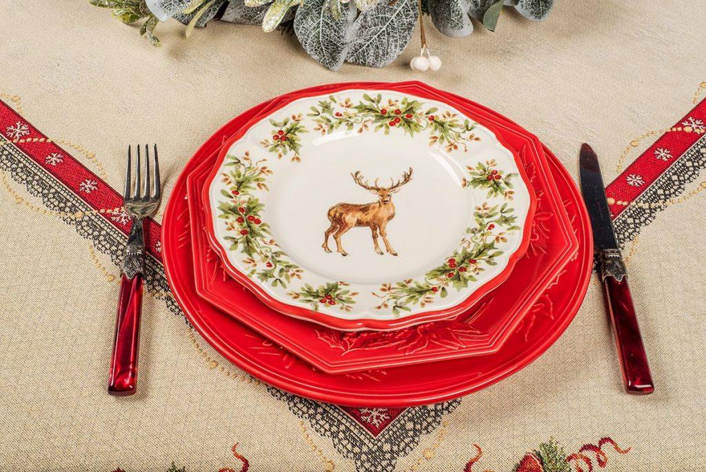 Красная майолика из коллекции Bordallo «Зима» и десертные тарелки «Новогодний олень» от Villa Grazia