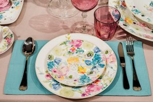 Нежно-розовая скатерть с широким пышным рюшем и ярко-голубые текстильные салфетки из коллекции Tint