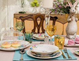 Разноцветное стекло стаканов идеально сочетается с цветовой палитрой посуды